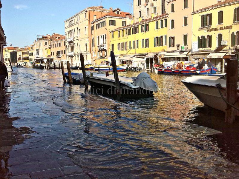 Come sopravvivere con l'acqua alta a Venezia